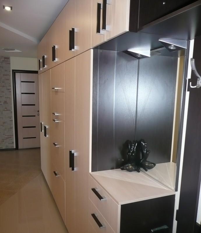 Выбор шкафа в прихожую с глубиной 45 см и распашными дверями.